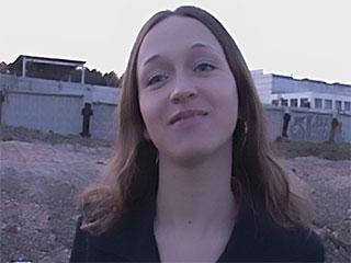 JOVEN - el ELEMENTO FILIAL HA cogido el ROBO En las TIENDAS (la superficie, la muchacha, los grifos)