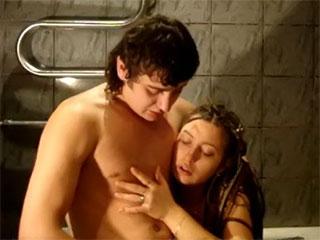 Le canard sexuel vierge pornographique de vidéo (une jeune écolière, les adolescents, fig., la salle de bain)